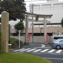 西ヶ原の一里塚の向かいには、七社神社の参道入口があります。