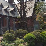 礼拝堂の裏手にひっそりと立つ石碑は卒業生でもある島崎藤村が作詞した校歌の碑でした