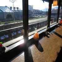 朝食の光まぶしい運河カウンター