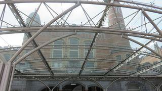 駅構内の天井や壁の装飾が・・・