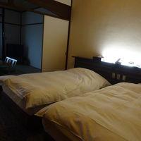 ツインベッド+8畳、和洋室のお部屋です。