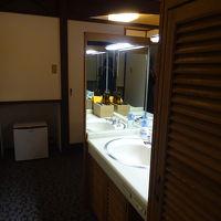 洋室の一角に洗面所があります。