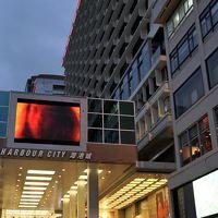 ハーバー側から入口(右下)、階段を上るとショッピングセンター