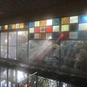 浴室内のステンドグラスが幻想的