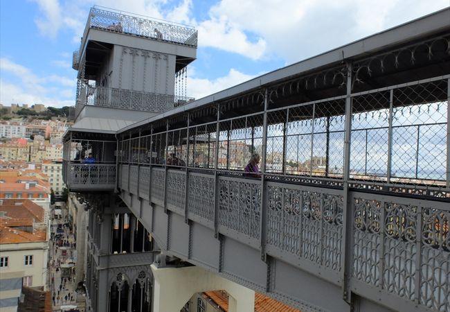 カルモ教会脇から出ている歩道橋は無料で行き来できますが…、