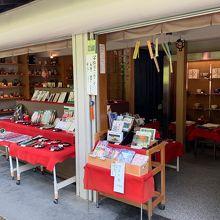 西芳寺近くのお土産屋さんで筆ペン売ってます。