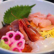 海鮮丼(量はそんなに多くはないです)