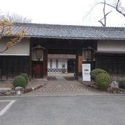 犬山城の城下町の本町通りにあります。