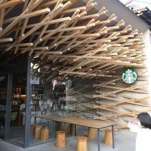 ユニークな木組み構造が人気