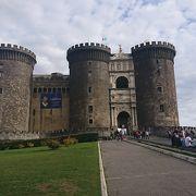 海を望む堅牢な城