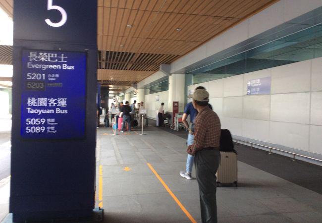 高鉄でない、台鉄の駅である桃園站行きは706番と5059番のバス