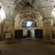 宮殿の地下、広い空間があるだけです。