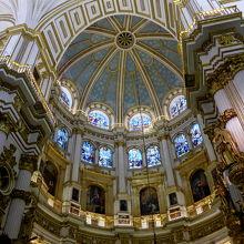巨大な祭壇