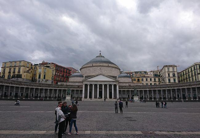 大きな広場の大きな聖堂