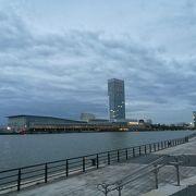 信濃川のウォーターフロントエリアにある高層のコンベンションセンター
