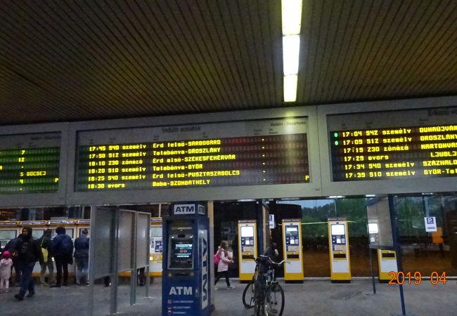 ここからセーケシュフェールバールに行く列車が出発しています。