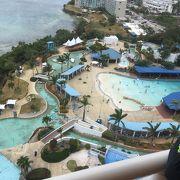 ホテル併設のプール