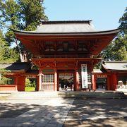 320年前に建造された国の重要文化財の朱塗りの門