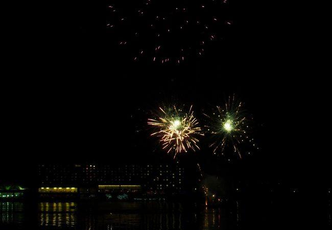 湖に映る花火が綺麗