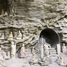 奇岩に並ぶ端正な千五百羅漢