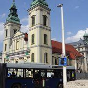エルジェーベト橋の東側に3月15日広場があります。その広場に面して建っている教会です。