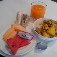 ラウンジでお昼ご飯にしてしまいました。