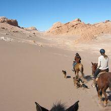 砂漠の絶景、遠くにアンデス山脈