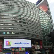 香港の今昔を見ているビル