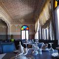 ステンドグラスが素敵な内装のレストラン