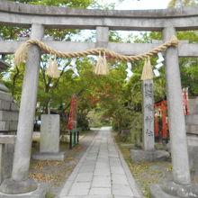 御苑内にある神社です