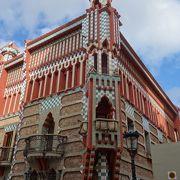 赤い色が意表をつく。飾りのおおい建物。ちょっと「きつい」かな。