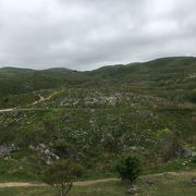 羊の群れに喩えられる石灰岩の大地!美しい緑と白のコントラスト