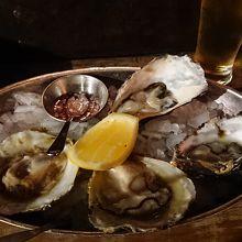 生牡蠣です。普通の牡蠣と、ブラフオイスターを2個ずつ。