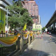 黄色と白色の幕が飾られていました