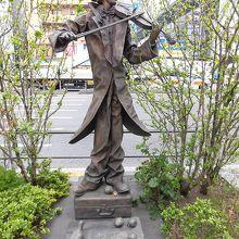 青山の街に似合うバイオリニストの像