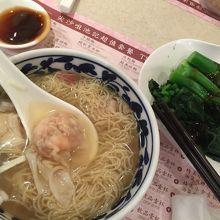 海老雲吞麺と中国ケール