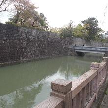 二の丸橋と石垣です。