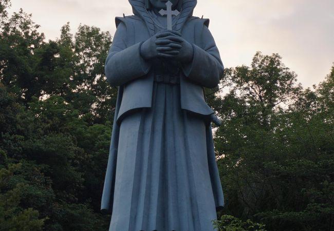 大きな天草四郎の像が目印です
