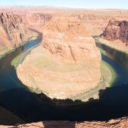 コロラド川が馬の蹄の形に曲がっている
