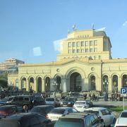 エレバンの街の中心になる共和国広場の周りには、バラ色の凝灰岩で建てられた建物が並んでいます。