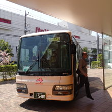 工場へはバスで移動