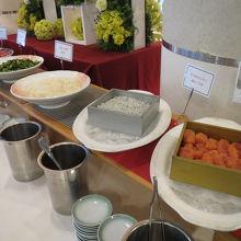 ブッフェ式の朝食 海産物メニュー