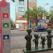 サザエさんの銅像などが建つ、写真撮影にもgood!な駅前通り! 商店街でもサザエさんファミリーを探そう!