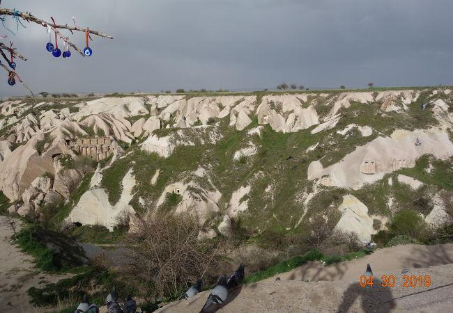 奇岩と鳩の群れ。