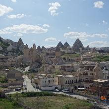 街が奇岩と一体化しています。