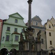 スヴォルノステイ広場にたつ塔