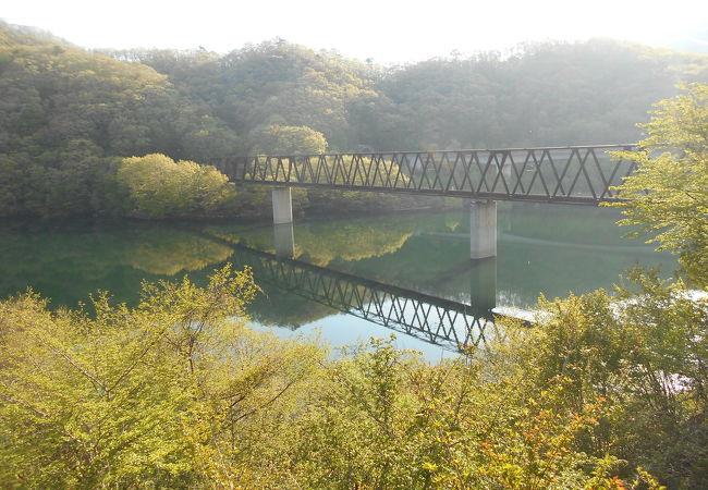 今日のように新緑の緑の湖面もよいが、紅葉時は彩が素晴らしかろう。