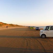 みんな車を泊めて夕日を見てます