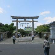繁華街の神社