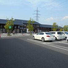 駐車場はゆったりとつくられ停めやすい。